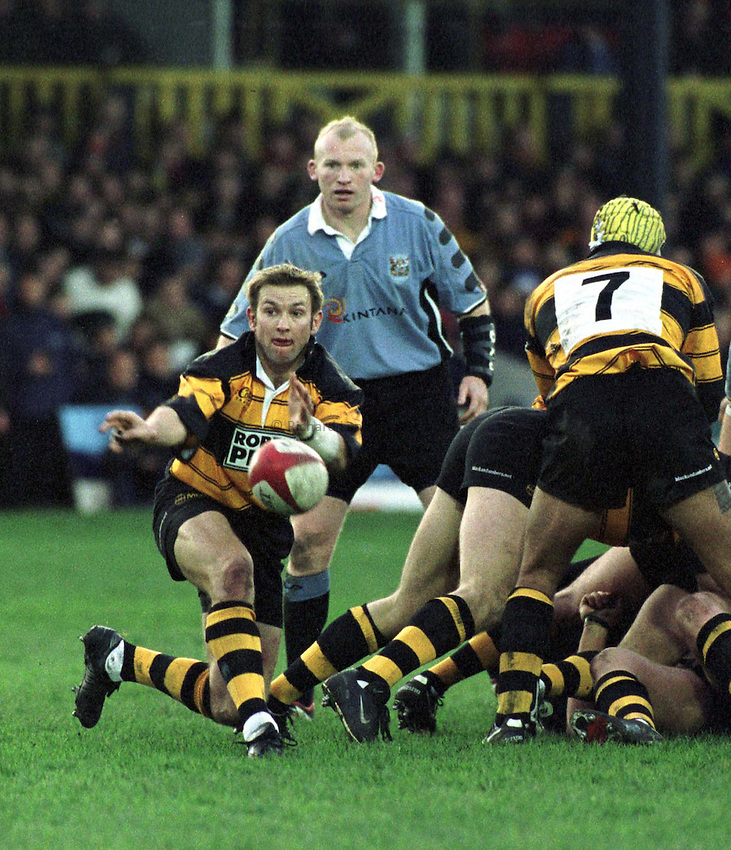 Photo : Garvin Davies.Newport v Cardiff Welsh/Scottish League 26-12-00.Newport Scrum-half Dale Burn