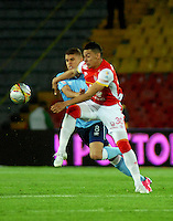 BOGOTA - COLOMBIA - 03-10-2015: Yeison Gordillo (Der.) jugador de Independiente Santa Fe disputa el balón con Gustavo Cuellar (Izq.) jugador de Atletico Junior, durante partido por la fecha 15 entre Independiente Santa Fe y Atletico Junior, de la Liga Aguila II-2015, en el estadio Nemesio Camacho El Campin de la ciudad de Bogota. / Yeison Gordillo (R) player of Independiente Santa Fe struggles for the ball with Gustavo Cuellar (L) player of Atletico Junior, during a match of the 15 date between Independiente Santa Fe and Atletico Junior, for the Liga Aguila II -2015 at the Nemesio Camacho El Campin Stadium in Bogota city, Photo: VizzorImage / Luis Ramirez / Staff.