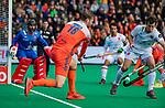 ROTTERDAM -  Mirco Pruijser (NED) met Sergi Enrique (Spain) ) tijdens   de Pro League hockeywedstrijd heren, Nederland-Spanje (4-0) . COPYRIGHT KOEN SUYK