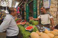 Asie/Israël/Judée/Jérusalem: le chef Shalom Kadosh fait son marché - étal du marché Mahane Yehuda un des marchés les plus importants de la a ville