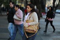 SAO PAULO, SP, 29/04/2014, FRIO. A terca-feira(29) comecou gelada em Sao Paulo, na Pca da Se  regiao central, pedestres se protegem do fio. LUIZ GUARNIERI/BRAZIL PHOTO PRESS.
