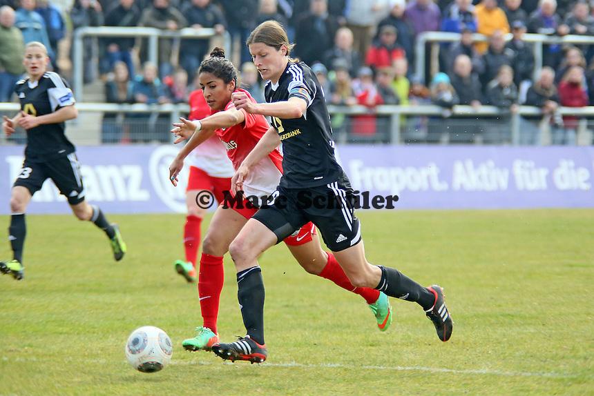 Kerstin Garefrekes (FFC) setzt sich gegen Chioma Nisa Igwe (Freiburg) durch und erzielt das 1:0 - 1. FFC Frankfurt vs. SC Freiburg