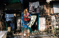 "S?dasien Asien Indien IND Asien Indien Megacity Metropole Mumbai Bombay .Slumhuetten an einer Strasse im Stadtzentrum  - St?dtewachstum H?tten wohnen Notunterkunft Wohnraum Mieten Miete urban Verslumung Slums Migration vom Land Armut Elend Urbanes Leben Slumbewohner Slum Trinkwasser Wasser Obdachlose Obdachlosigkeit Hygiene Stadtplanung Probleme Urbanisierung Immobilien Vertreibung sozial soziale Konflikt Inder indisch xagndaz | .South Asia India Mumbai Bombay .slum huts at main road in centre  - Migration poverty misery slums water poor migration from villages living in huts in slum in megacity metropole slum dweller construction housing city growth water health .| [ copyright (c) Joerg Boethling / agenda , Veroeffentlichung nur gegen Honorar und Belegexemplar an / publication only with royalties and copy to:  agenda PG   Rothestr. 66   Germany D-22765 Hamburg   ph. ++49 40 391 907 14   e-mail: boethling@agenda-fototext.de   www.agenda-fototext.de   Bank: Hamburger Sparkasse  BLZ 200 505 50  Kto. 1281 120 178   IBAN: DE96 2005 0550 1281 1201 78   BIC: ""HASPDEHH"" ,  WEITERE MOTIVE ZU DIESEM THEMA SIND VORHANDEN!! MORE PICTURES ON THIS SUBJECT AVAILABLE!! INDIA PHOTO ARCHIVE: http://www.visualindia.net ] [#0,26,121#]"