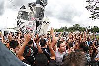 SÃO PAULO,SP, 20.11.2015 - FUTEBOL-CORINTHIANS - Torcedores cercam onibus com jogadores do Corinthians em frente ao Centro de Treinamento Joaquim Grava em Itaquera na região leste de São Paulo, nesta sexta-feira, 20. Ontem o Corinthians foi campeão Brasileiro. (Foto: William Volcov/Brazil Photo Press)