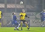 2015-10-17 / voetbal / seizoen 2015-2016 / Lille - Nijlen / Ken Van Bouwel (l) (Nijlen) probeert de bal over Kjell Ven (r) (Lille) te spelen