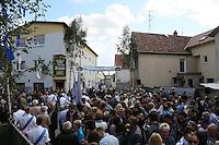 Zahlreiche Zuschauer warten auf die Kerweborsch vun de Tornhall an der Krone zur Verkündung des Kerwespruchs