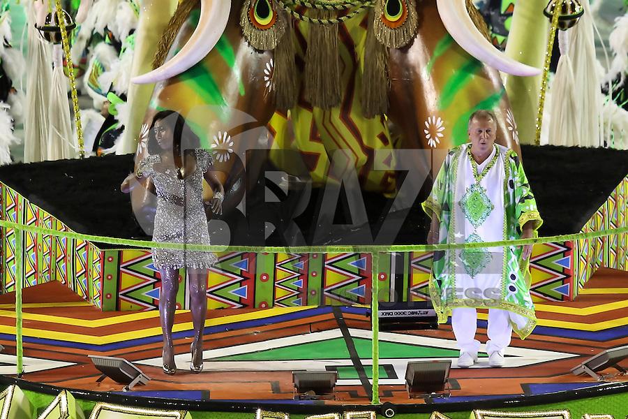 RIO DE JANEIRO, RJ, 17.02.2015 - CARNAVAL 2015 - RIO DE JANEIRO - GRUPO ESPECIAL / IMPERATRIZ LEOPOLDINENSE - Gloria Maria e Zico, destaques da escola de samba Imperatriz Leopoldinense durante desfile do grupo especial do Carnaval do Rio de Janeiro, na madrugada desta terça-feira, 17. (Foto: Gustavo Serebrenick / Brazil Photo Press)