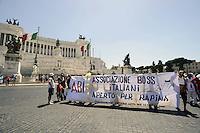 Roma, 18 Giugno 2012.In occasione della scadenza per il pagamento dell'IMU.Protesta contro lo strapotere delle banche del coordinamento cittadino di lotta per la casa davanti la sede dell'ABI..I manifestanti poi si muovono in corteo verso la prefettura dove si uniscono agli inquilini in sciopero della fame.