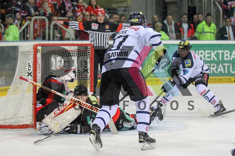 Der Schuss von Ingolstadts Petr Taticek (Nr.17) geht vorbei an Duesseldorfs Tyler Beskorowany (Nr.39) an den Pfosten und prallt zu Ingolstadts Brandon Buck (Nr.9) der das Tor macht, Duesseldorfs Alexander Preibisch (Nr.29) rutscht dabei ins Tor und behindert seinen Goalie im Spiel der DEL, Duesseldorfer EG - ERC Ingolstadt.<br /> <br /> Foto &copy; P-I-X.org *** Foto ist honorarpflichtig! *** Auf Anfrage in hoeherer Qualitaet/Aufloesung. Belegexemplar erbeten. Veroeffentlichung ausschliesslich fuer journalistisch-publizistische Zwecke. For editorial use only.