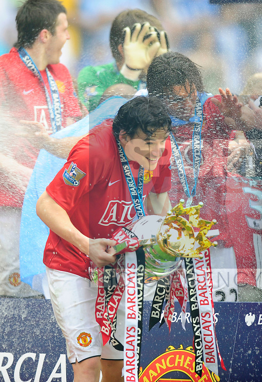 Owen Hargreaves of Manchester United gets soaked with Champagne as he holds the Premier League Trophy during the Premier League match at The JJB Stadium, Wigan. Picture date 11th May 2008. Picture credit should read: Simon Bellis/Sportimage