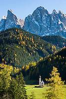 Italy, South Tyrol (Trentino-Alto Adige), Val di Funes, St. Magdalena: Ranui-Chapel and Le Odle mountains at natural park Puez-Odle | Italien, Suedtirol (Trentino-Alto Adige), Dolomiten, Villnoesstal, St. Magdalena: dem heiligen Johannes von Nepomuk geweihte Ranui-Kapelle vor der Geislergruppe im Naturpark Puez-Geisler