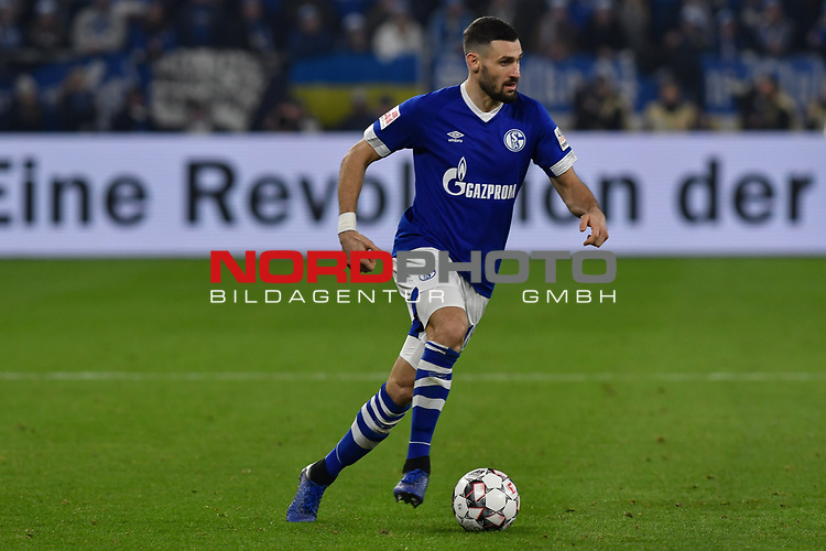 08.12.2018, Veltins-Arena, Gelsenkirchen, GER, 1. FBL, FC Schalke 04 vs. Borussia Dortmund, DFL regulations prohibit any use of photographs as image sequences and/or quasi-video<br /> <br /> im Bild Daniel Caligiuri (#18, FC Schalke 04) Aktion . Einzelbild . Freisteller . mit Ball <br /> <br /> Foto &copy; nordphoto/Mauelshagen