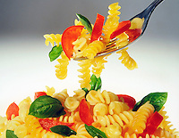 Piatto di fusilli con forchetta con pomodoro e basilico<br /> Plate of fusilli with fork with tomato and basil