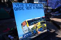 RIO DE JANEIRO, RJ, 23 DE AGOSTO DE 2013 -OCUPA CABRAL/LEBLON- Manifestantes permanecem acampados em frente a casa do governador Sérgio Cabral, no Leblon, zona sul do Rio de Janeiro.FOTO:MARCELO FONSECA/BRAZIL PHOTO PRESS