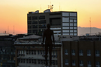 RIO DE JANEIRO, RJ, 10 AGOSTO 2012 - EXPOSICAO CORPOS PRESENTES - Esculturas de homens nus foram espalhadas pelo centro do rio para a exposicao Corpos Presentes, no Centro Cultural Banco do Brasil, estão situadas nas avenidas Presidente vargas e Rio Branco e em cima de alguns edificios no centro do rio.(FOTO:MARCELO FONSECA / BRAZIL PHOTO PRESS).