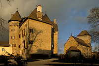 Europe/France/Limousin/Corrèze/Env de Tulle/Sainte-Fortunade : L'église rebâtie à partir du XII° autour d'un choeur roman et le château du XV° édifié par la famille des Comtes de Lavaur de Sainte Fortunade