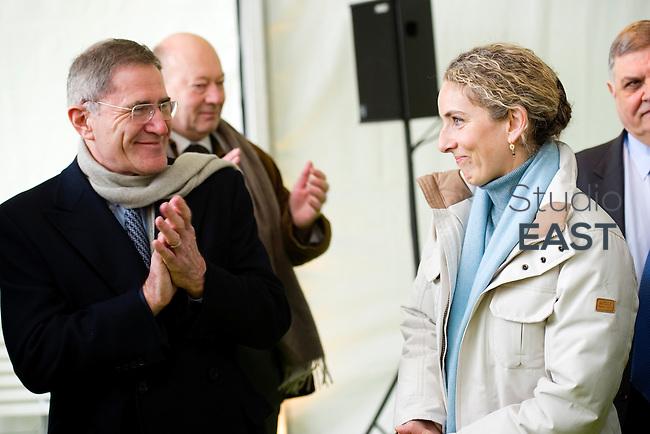 Gérard Mestrallet (gauche) applaudit Mme Delphine Batho (droite), ministre de l'environnement et de l'énergie, à l'issue de la visite  de la chaufferie biomasse de Stains en Seine-Saint-Denis, près de Paris, France, le 30 mars 2013. Photo : Lucas Schifres