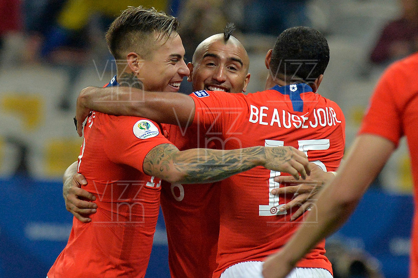 SAO PAULO – BRASIL, 28-06-2019: Eduardo Vargas, Arturo Vidal y Jean Beausejour de Chile celebran la victoria por penales después del partido por cuartos de final de la Copa América Brasil 2019 entre Colombia y Chile jugado en el Arena Corinthians de Sao Paulo, Brasil. / Eduardo Vargas, Arturo Vidal and Jean Beausejour of Chile celebrate the victory by a shootout after Copa America Brazil 2019 quarter-finals match between Colombia and Chile played at Arena Corinthians in Sao Paulo, Brazil. Photos: VizzorImage / Julian Medina / Cont /