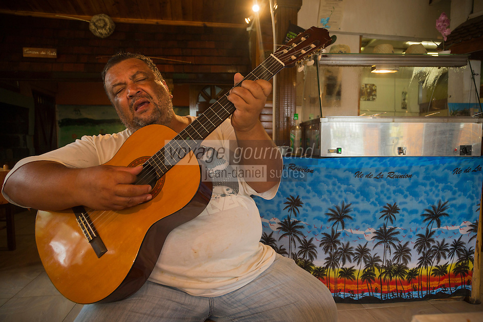France, île de la Réunion, Saint Paul, Le Guillaume: Restaurant: Chez Doudou, aprés le repas le chef  avec sa guitare /  France, Ile de la Reunion (French overseas department),  Saint Paul district, Le Guillaume :    Chez Doudou Restaurant, after the meal the chef with his guitar