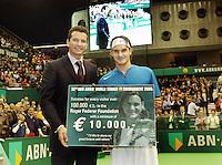 19-02-2005,Rotterdam, ABNAMROWTT , schenking aan Federer foundation