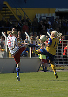 Fussball, 2. Bundesliga, Frauen. Lok Leipzig gegen HSV II. im Bild: Da gehts zur Sache: Anna Hepfner (li) und Marlene Ebermann recken die Beinchen hoch. .Foto: Alexander Bley