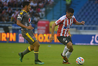 BARRANQUIILLA - COLOMBIA, 13-05-2018: Teofilo Gutierrez (Der) del Atlético Junior disputa el balón con Javier Calle (Izq.) jugador de Deportivo Independiente Medellín durante partido de ida por los cuartos de final de la Liga Águila I 2018 jugado en el estadio Metropolitano Roberto Meléndez de la ciudad de Barranquilla. / Teofilo Gutierrez (R) player of Atletico Junior struggles the ball with Javier Calle (L) player of Deportivo Independiente Medellin during first leg match for the quarterfinals of the Aguila League I 2018 played at Metropolitano Roberto Melendez stadium in Barranquilla city.  Photo: VizzorImage/ Alfonso Cervantes / Cont