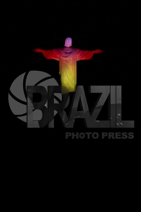 RIO DE JANEIRO, RJ, 22.03.2016 - CRISTO-BÉLGICA - Estátua do Cristo Redentor é vista iluminada com as cores da bandeira da Bélgica, em homenagem às vítimas dos atentados terroristas ocorridos nesta terça-feira, 22, em Bruxelas. (Foto: Gustavo Serebrenick / Brazil Photo Press)