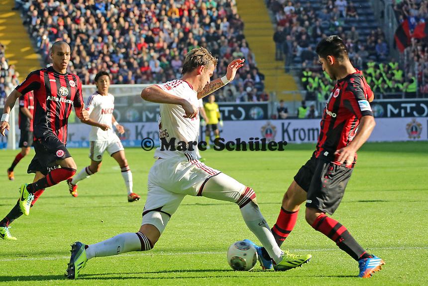 Carlos Zambrano (Eintracht) trennt Tomas Pekhart (Nürnberg) vom Ball und verletzt sich dabei - Eintracht Frankfurt vs. 1. FC Nuernberg,