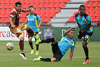 IBAGUE -COLOMBIA-17-ABRIL-2016.José Otálvaro del Tolima disputa el balón  contra Juan Pérez de  La Equidad  durante partido por la fecha 13 de Liga Águila I 2016 jugado en el estadio Manuel Murillo Toro de Ibagué./ José Otálvaro  player of Tolima fights the ball  with Juán Pérez against  of La Equidad during the match for the date 13 of the Aguila League I 2016 played atManuel Murillo Toro stadium in Ibague. Photo: VizzorImage / Juan Carlos Escobar / Contribuidor