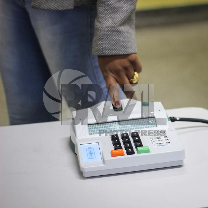 GUARULHOS, SP, 07.10.2018 - ELEIÇÕES-2018 - Eleitor vota utilizando sistema de biometria na Escola Estadual Prof. Antonio Viana de Souza em Guarulhos na grande São Paulo neste domingo, 07. (Foto: Nelson Gariba/Brazil Photo Press)