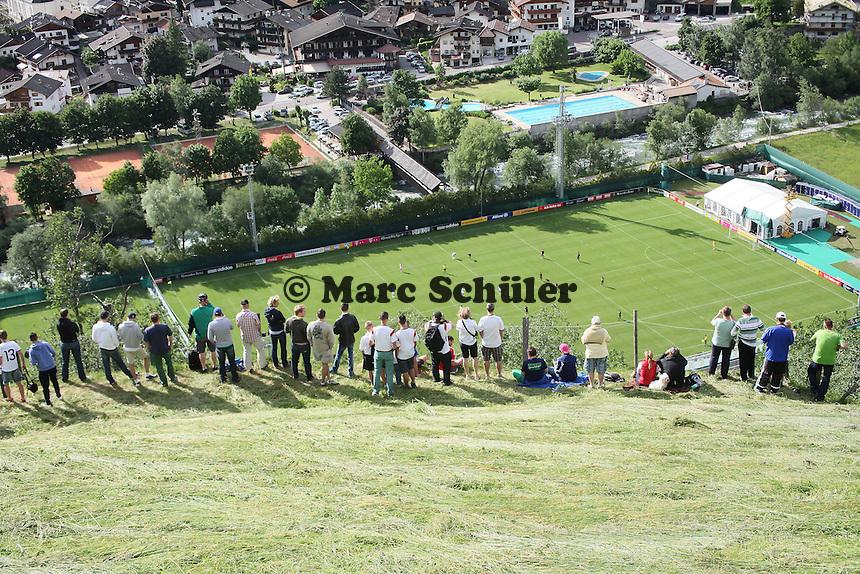 Fans muessen das Testspiel aus der Distanz gucken - Testspiel der Deutschen Nationalmannschaft gegen die U20 im Rahmen der WM-Vorbereitung in St. Martin