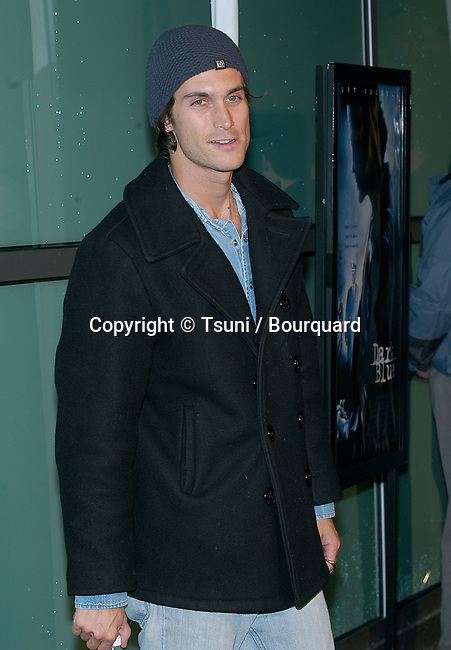 "Oliver Hudson arriving at the "" DARK BLUE PREMIERE "" at the Arclight Theatre in Los Angeles. February 12, 2003          -            HudsonOliver18.jpg"