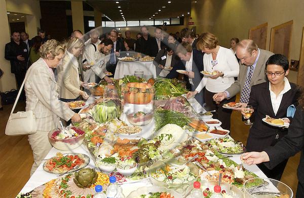 BRUSSELS - BELGIUM - 12 OCTOBER 2005 -- Committee of the Regions Open Days -- Lunch in the Berlaymont.  PHOTO: ERIK LUNTANG / EUP-IMAGES..