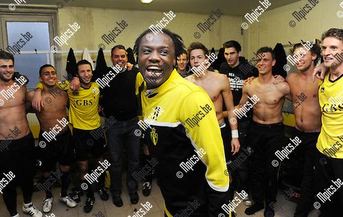 11-11-06 / Voetbal / seizoen 2011-2012 / Berchem Sport - Dilbeek Sport / Berchem viert de periodetitel. Ben Mbemba..Foto: Mpics