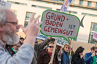 """Das Buendnis gegen Verdraengung und Mietenwahnsinn protestierte am Montag den 18. Februar 2019 in Berlin vor dem Luxushotel Adlon am Brandenburger Tor, gegen den Kongress """"Quo vadis"""" der Immobilienbranche. Bei dem Kongress wollen Baenker, Politiker, Vermieter und Vertreter von Immobilienkonzernen Strategien fuer die Zukunft besprechen.<br /> Die Demonstranten wehren sich gegen Gentrifizierung und Verdraengung und Zwangsraeumungen. Sie forderten bezahlbaren Wohnraum fuer alle.<br /> 18.2.2019, Berlin<br /> Copyright: Christian-Ditsch.de<br /> [Inhaltsveraendernde Manipulation des Fotos nur nach ausdruecklicher Genehmigung des Fotografen. Vereinbarungen ueber Abtretung von Persoenlichkeitsrechten/Model Release der abgebildeten Person/Personen liegen nicht vor. NO MODEL RELEASE! Nur fuer Redaktionelle Zwecke. Don't publish without copyright Christian-Ditsch.de, Veroeffentlichung nur mit Fotografennennung, sowie gegen Honorar, MwSt. und Beleg. Konto: I N G - D i B a, IBAN DE58500105175400192269, BIC INGDDEFFXXX, Kontakt: post@christian-ditsch.de<br /> Bei der Bearbeitung der Dateiinformationen darf die Urheberkennzeichnung in den EXIF- und  IPTC-Daten nicht entfernt werden, diese sind in digitalen Medien nach §95c UrhG rechtlich geschuetzt. Der Urhebervermerk wird gemaess §13 UrhG verlangt.]"""