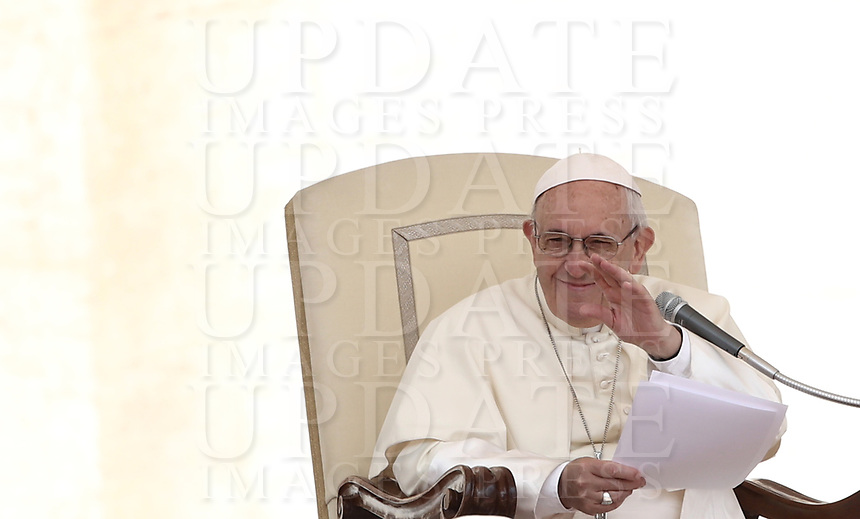 Papa Francesco tiene l'udienza generale del mercoledi' in Piazza San Pietro, Citta' del Vaticano, 13 giugno, 2018.<br /> Pope Francis leads his weekly general audience in St. Peter's Square at the Vatican, on June 13, 2018.<br /> UPDATE IMAGES PRESS/Isabella Bonotto<br /> <br /> STRICTLY ONLY FOR EDITORIAL USE