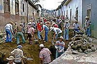 Pavimentação de rua e San Salvador, El Salvador. 1983. Foto de Cynthia Brito.