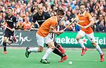 BLOEMENDAAL   - Hockey -  3e en beslissende  wedstrijd halve finale Play Offs heren. Bloemendaal-Amsterdam (0-3).  Thierry Brinkman (Bldaal) met Justin Reid-Ross (A'dam).  Amsterdam plaats zich voor de finale.  COPYRIGHT KOEN SUYK