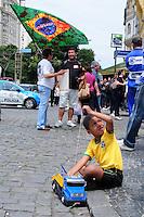 RIO DE JANEIRO,RJ,30.09.2013: PROFESSORES DA REDE MUNICIPAL DO RIO FAZEM PROTESTO NA CAMARA MUNICIPAL. Professores e profissionais da educação do Estado do Rio fazem protesto na Câmara Municipal contra a ação da policia militar que usou de truculência com os professores na invasão da que aconteceu no sabado. A policia militar fez um cerco em torno da Câmara e comerciantes não puderam abrir as lojas próximas ao local. SANDROVOX/BRAZILPHOTOPRESS