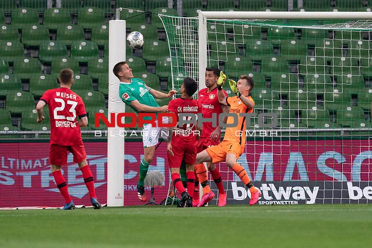 Mitchell Weiser (Leverkusen #23), <br /> Niklas Moisander (Werder Bremen #18 Kapitaen)<br /> Charles Aránguiz (Leverkusen #20), <br /> Lukas Hradecky Torwart (Leverkusen #1), <br /> <br /> Sport: Fussball: 1. Bundesliga: Saison 19/20: <br /> 26. Spieltag: SV Werder Bremen vs Bayer 04 Leverkusen, 18.05.2020<br /> <br /> Foto ©  gumzmedia / Nordphoto / Andreas Gumz / POOL <br /> <br /> Nur für journalistische Zwecke! Only for editorial use!<br />  DFL regulations prohibit any use of photographs as image sequences and/or quasi-video.