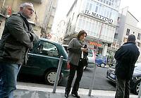 """La giornalista de """"Il Mattino"""" Rosaria Capacchione arriva davanti alla redazione del suo giornale, accompagnata dalla sua scorta a Caserta, 14 novembre 2008..UPDATE IMAGES PRESS/Riccardo De Luca"""