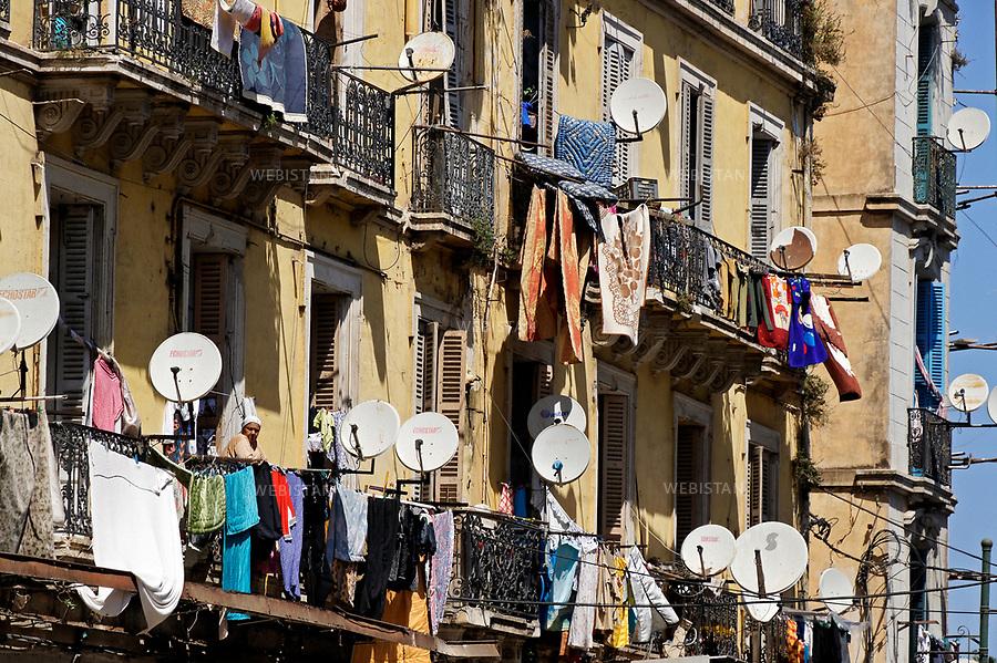 Algerie. Quartier Sidi Houari au coeur du Vieil Oran. 16  Avril 2011.<br /> Les balcons servent a faire secher le linge et a porter les nombreuses paraboles.<br /> <br /> <br /> Algeria, the Sidi Houari neighborhood in the heart of Oran. April 16th 2011<br /> Balconies are used to dry clothes and to hang satellite dishes.
