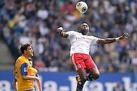 FUSSBALL   1. BUNDESLIGA   SAISON 2013/2014   4. SPIELTAG Hamburger SV - Eintracht Braunschweig                  31.08.2013 Jacques Zoua (Hamburger SV) spielt eine Etage hoeher als Benjamin Kessel (Eintracht Braunschweig)