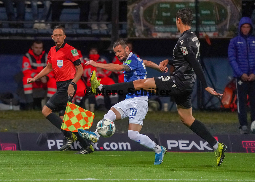 Marcel Heller (SV Darmstadt 98) gegen Dirk Carlson (Karlsruher SC) - 04.10.2019: SV Darmstadt 98 vs. Karlsruher SC, Stadion am Boellenfalltor, 2. Bundesliga<br /> <br /> DISCLAIMER: <br /> DFL regulations prohibit any use of photographs as image sequences and/or quasi-video.