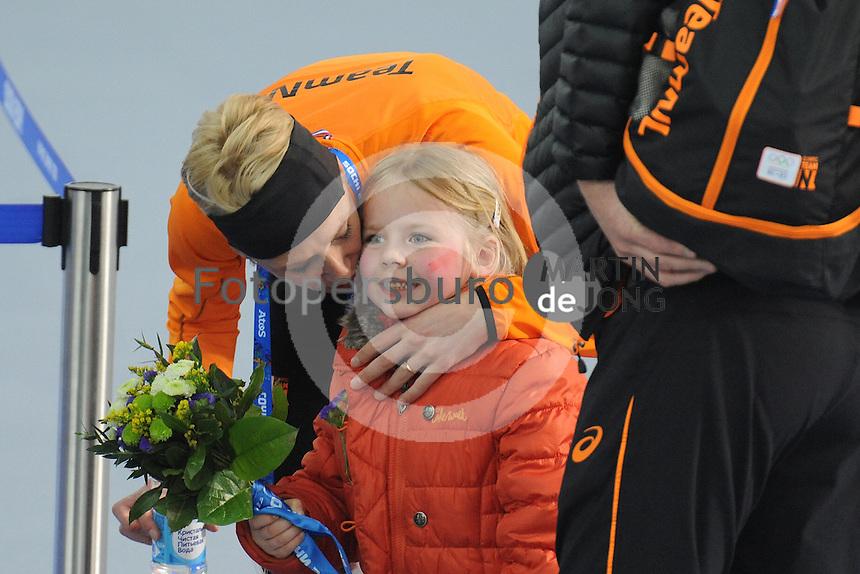OLYMPICS: SOCHI: Adler Arena, 19-02-2014, Ladies' 5000m, podium, Carien Kleibeuker (NED) met dochtertje Annemijn (5 jaar), ©photo Martin de Jong