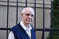 SÃO PAULO, SP, 02.07.2016 - MISSA-SP - Padre Júlio Lancelotti é visto na saída da missa celebrada nesta manhã de sábado na catedral da Sé, localizada na Praça da Sé, região central de São Paulo (SP). (Foto: Adailton Damasceno/Brazil Photo Press)