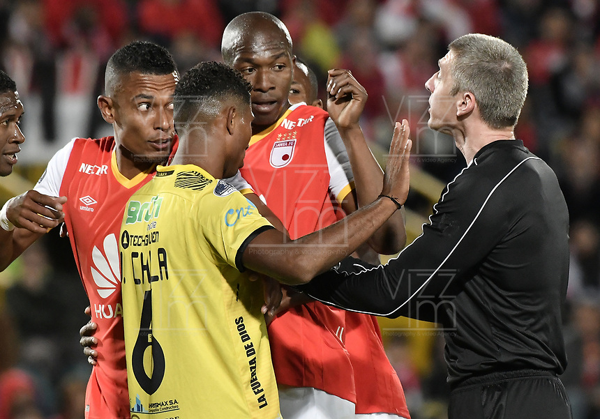 BOGOTÁ - COLOMBIA, 25-07-2017: Anderson Daronco, Brasil, arbitro, reconviene a los jugadores durante partido entre Independiente Santa Fe de Colombia y Fuerza Amarilla de Ecuador por la segunda fase, llave 8, de la Copa CONMEBOL Sudamericana 2017 jugado en el estadio Nemesio Camacho El Campin de la ciudad de Bogotá. / Anderson Daronco, Brazil, referee, talks with the players during the match between Independiente Santa Fe of Colombia and Fuerza Amarilla of Ecuador for the second phase, key 8, of the Copa CONMEBOL Sudamericana 2017 played at Nemesio Camacho El Campin stadium in Bogota city.  Photo: VizzorImage / Gabriel Aponte / Staff
