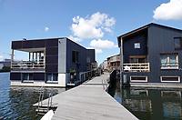 Nederland - Amsterdam - Juli 2020.   Het Johan van Hasseltkanaal. De komende jaren ontstaat hier de drijvende woonwijk Schoonschip. De 30 waterkavels in het Johan van Hasseltkanaal in Buiksloterham bieden ruimte aan 46 huishoudens. De woonwijk Schoonschip wordt de duurzaamste drijvende wijk van Europa. Warmtepompen zorgen voor de verwarming en er wordt zoveel mogelijk gebruik gemaakt van passieve zonnewarmte.   Foto ANP / Hollandse Hoogte / Berlinda van Dam