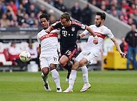 Fussball  1. Bundesliga  Saison 2015/2016  29. Spieltag  VfB Stuttgart  - FC Bayern Muenchen    09.04.2016 Mario Goetze (Mitte, FC Bayern Muenchen) gegen Daniel Didavi (li, VfB Stuttgart) und Lukas Rupp (re, VfB Stuttgart)