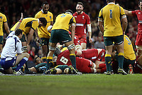 Pictured: Alun Wyn Jones of Wales (C behind number 6) scores a try. Saturday 08 November 2014<br />